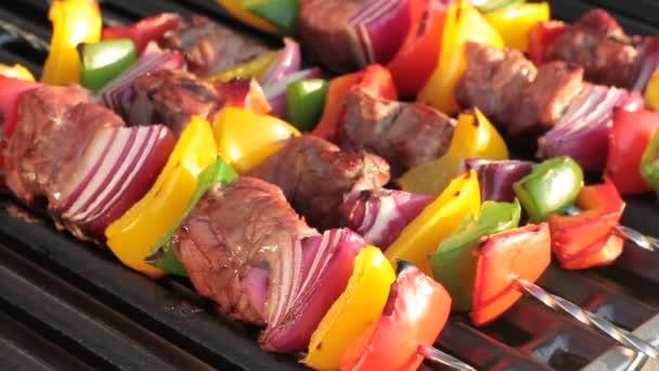 Grillező. Grillezett paprika és a hagyma, a forró grill shish kebab