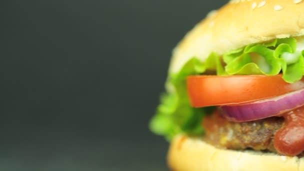 hamburger na černém pozadí