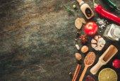 byliny a koření u stolu