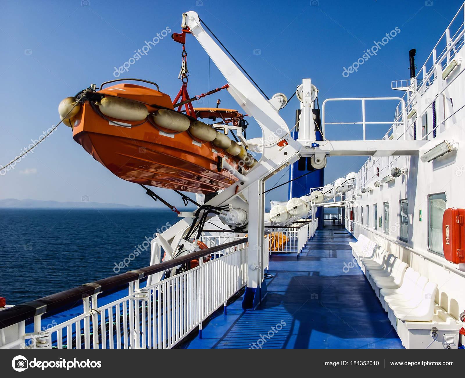 Faszinierende bunte Blick auf einem Schiffsdeck in weißen und blauen ...
