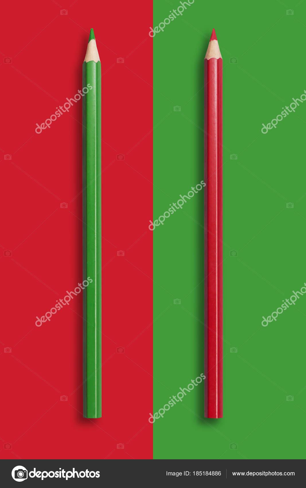 d02be80fcdac Zwei Stifte von Grün und rot auf rot und grün Hintergrund, symb ...