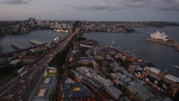 Letecká krajiny pohled Sydney Harbour s Sydney Harbour Bridge, Sydney Opera House, kruhové Cove Quay a The Rocks za soumraku v New South Wales, Austrálie