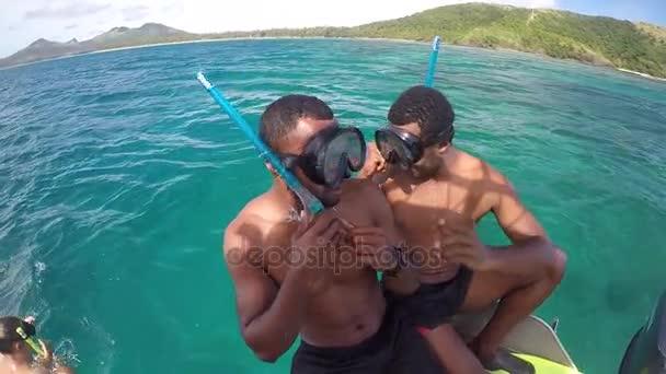 Domorodé fidžijské muži chystá šnorchlovat v Fidžijské ostrovy Yasawa