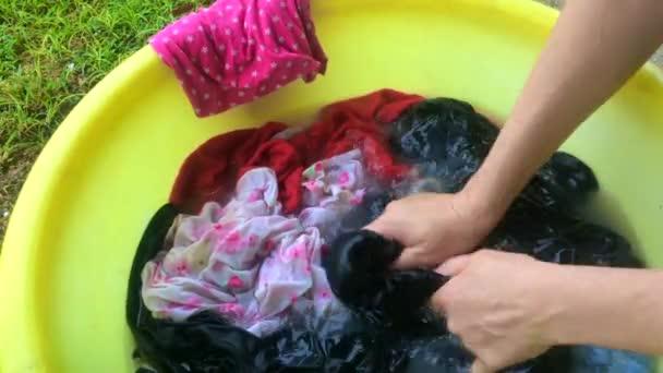9f06529a894 Γυναίκα χέρι πλύσιμο ρούχων
