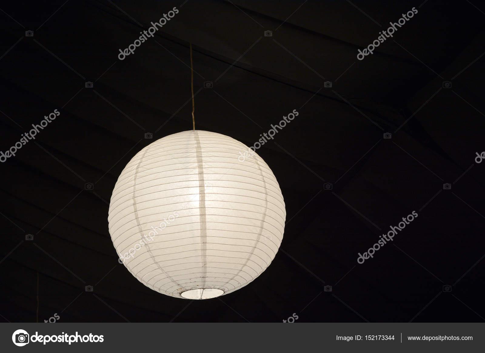 Lampadario Carta Di Riso : Carta lanterna lampada pendono da un soffitto u2014 foto stock