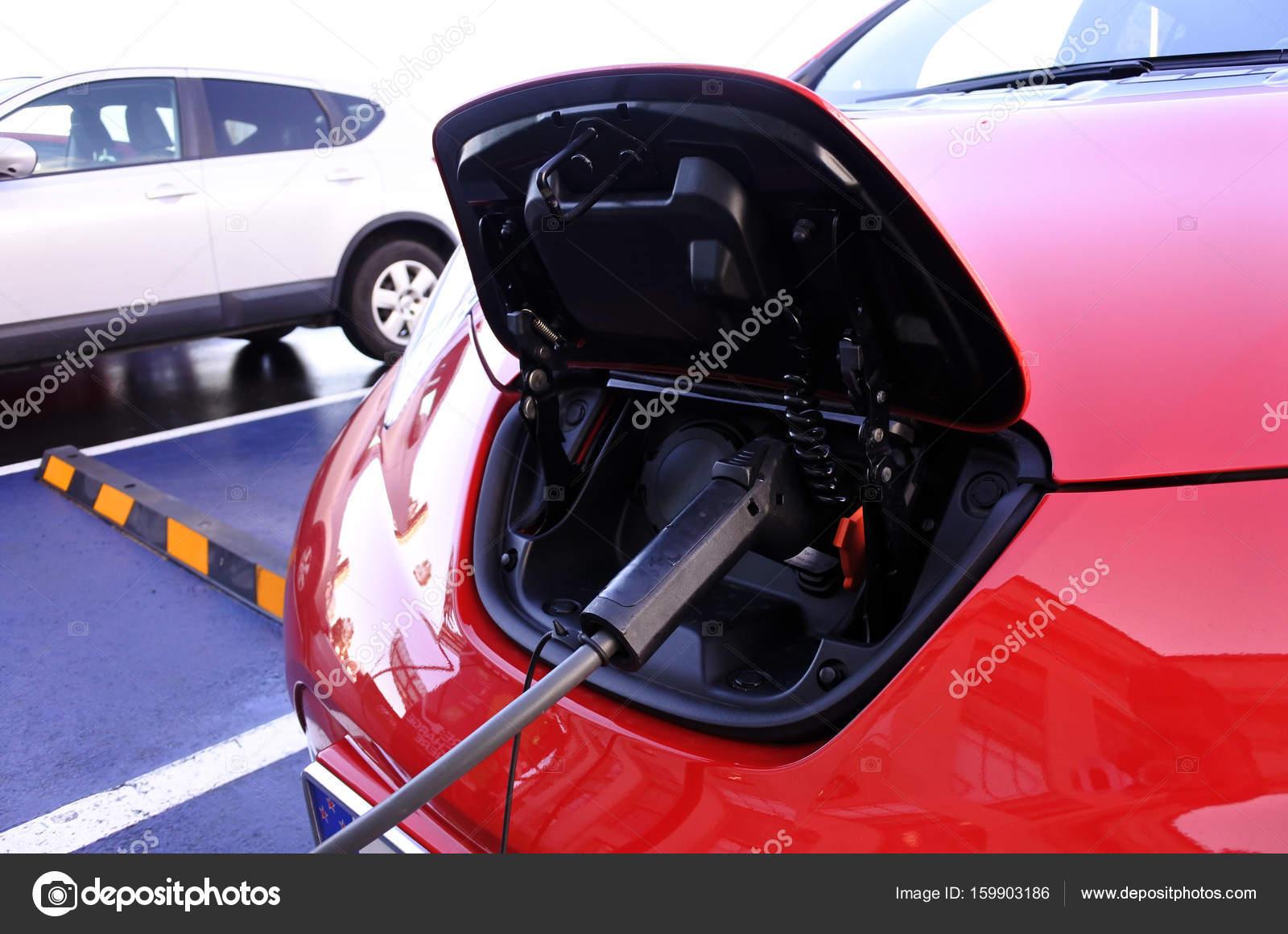 Elektrische Auto Opladen In Elektrische Station Stockfoto