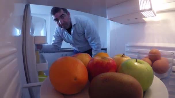 Muž hledá jídlo jíst