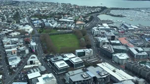Letecký pohled na Auckland přístav a viadukt povodí