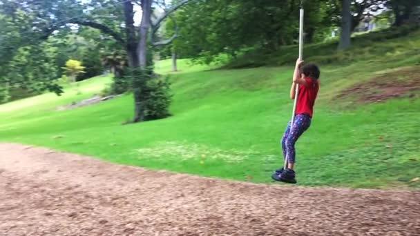 Slow-Motion Kind Mädchen befreit mit Flying Fox