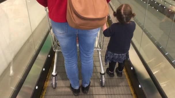Madre e piccola figlia shopping