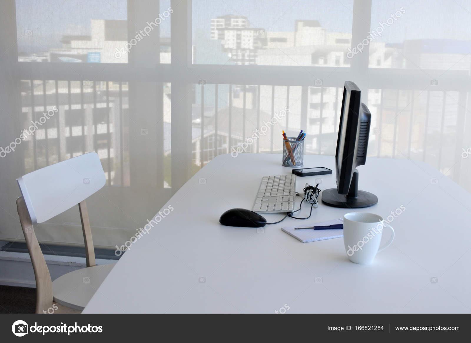 Ufficio In Una Casa : Una vuoto singolo scrivania in ufficio a casa u foto stock