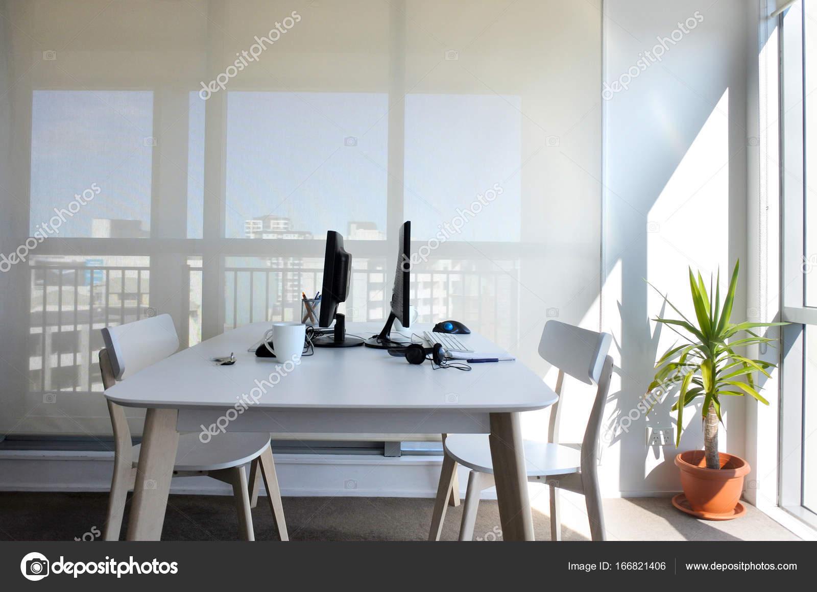 Un bureau vide pour deux dans le bureau à domicile u2014 photographie