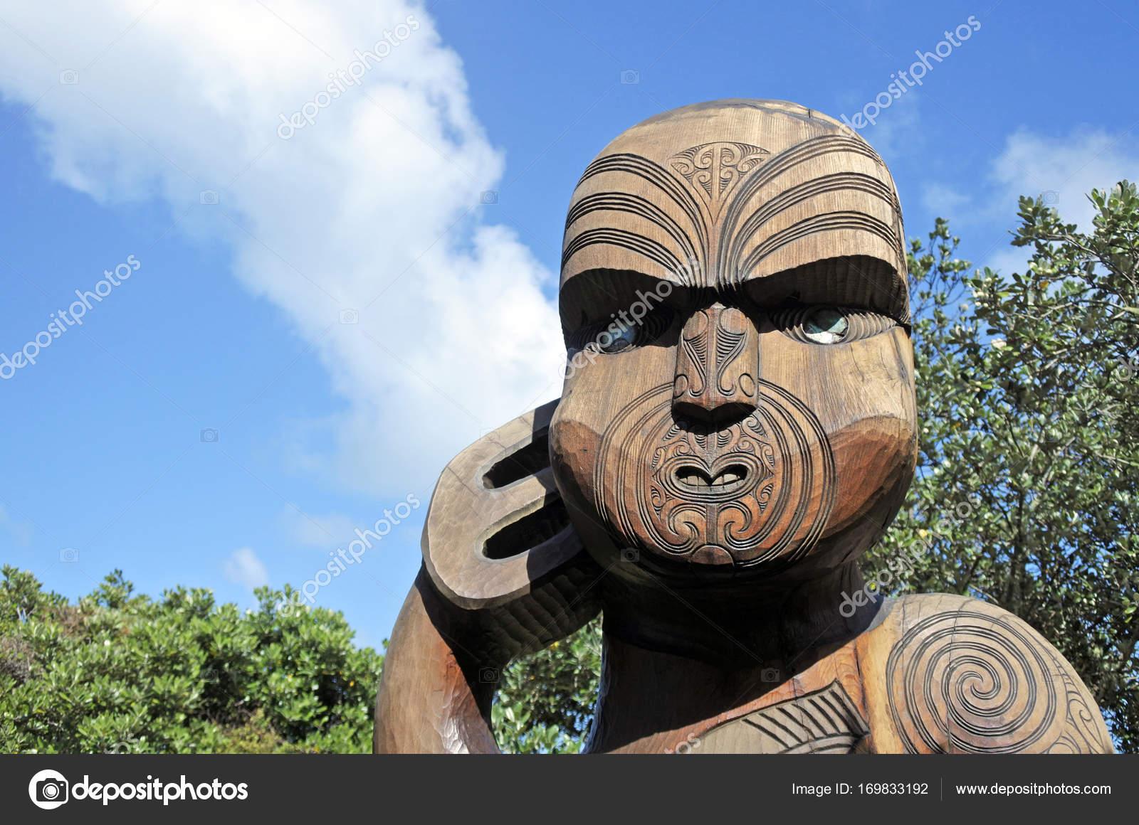 Picturesque Maori Krieger Photo Of Holzschnitzerei Statue — Stockfoto