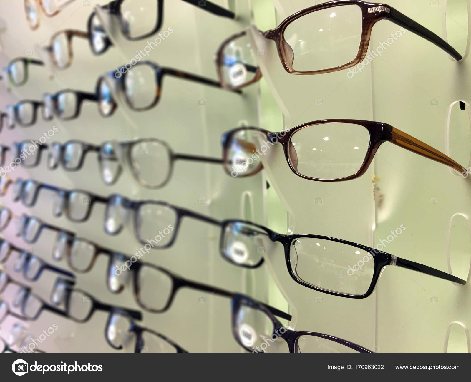 a14965016b3 Gros plan de lunettes au magasin d opticien sur une grille de magasin de  lunettes. Optique