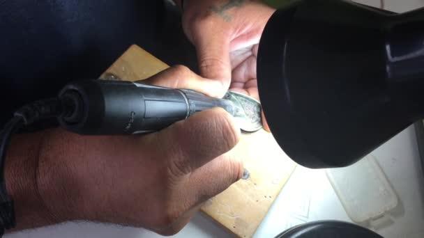 Szakács Islander Maori metszetek tengeri teknős egy fekete gyöngy-shell. Teknős szimbólum azt jelenti, jó egészséget és hosszú életet. A teknős azt éri el a 150 éves nagy élettartam