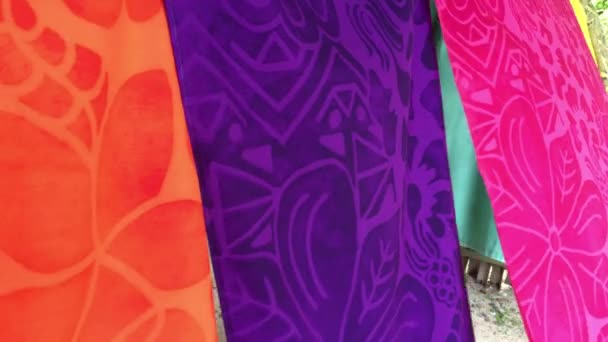 Tropická sarongy na displeji v vzory látek Rarotonga Cook Islands.Traditional nosí Polynésanů a jiné jižní Pacifik Islanders a oceánské lidí