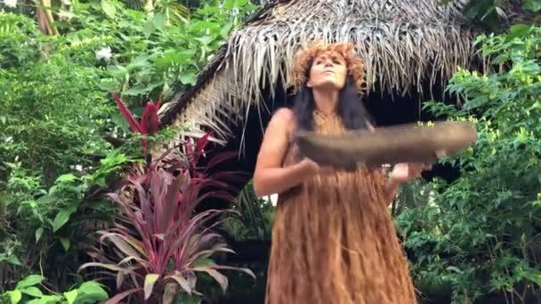 Rarotonga - Jan 21 2018: nő érett Cook Islander kifejti traditionl gyógynövények, gyógynövény-orvoslással Rarotonga Cook-szigetek.