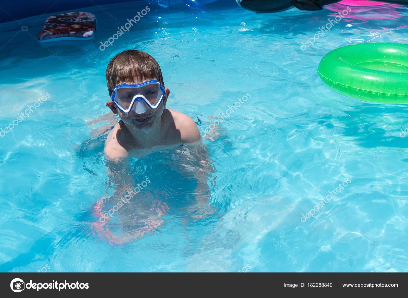 Kleiner Junge Schwimmen Maske Hinterhof Pool Stockfoto