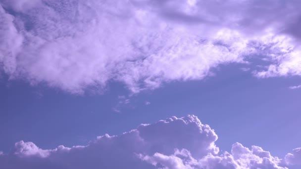 Blízká střela svíce mraků na pozadí jasně modré oblohy.