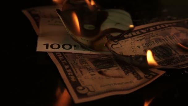 Nagyon szép égő tűz üveg és papír érmék az asztalon a fali felvételeken.