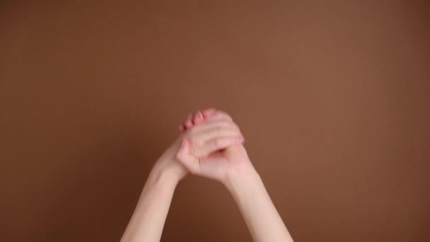 Felismerhetetlen női kéz csettint ujjaival a zenei ritmus gesztus elszigetelt barna háttér stúdióban. Másold le a hirdetési helyet. Helyével a szövegnek vagy a képnek. Hirdetési terület, gúnyolódás.