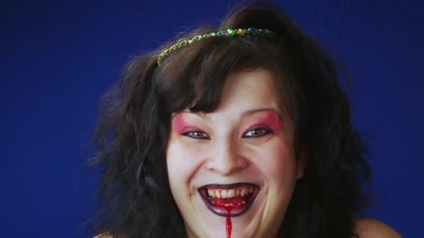 Die Frau ist eine Hexe.Schwarze, verfilzte Haar.Das rote Makeup.Verrücktes Lachen.