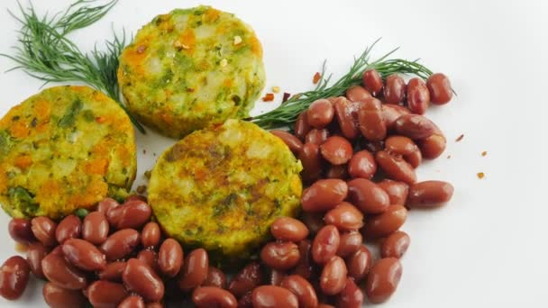 Gemüsepastete und rote Bohnen. Mit Kräutern und Gewürzen dekoriert.