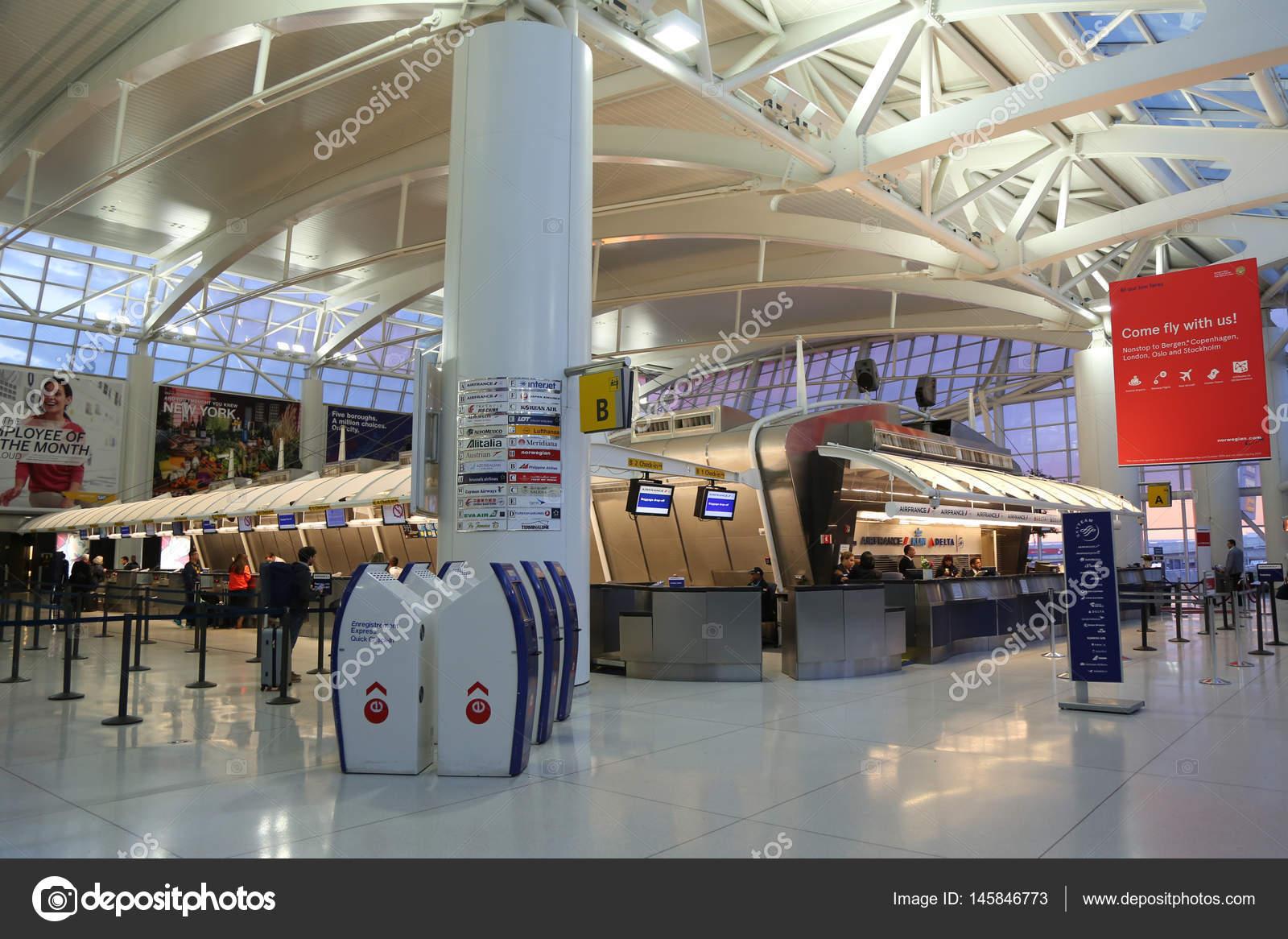 Aeroporto Jfk : Inside of terminal 1 at jfk international airport in new york