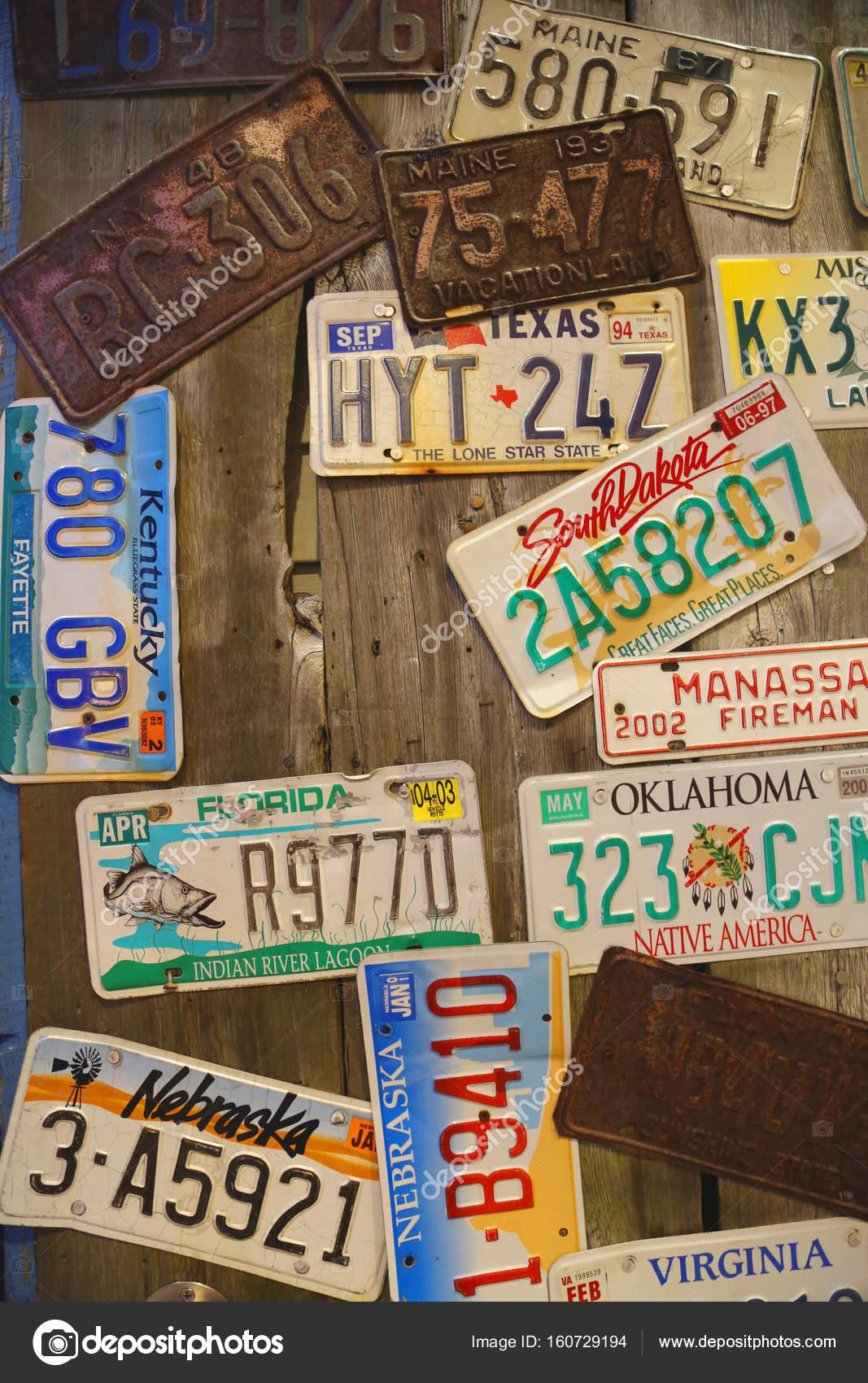 anciennes plaques d 39 immatriculation de voiture sur le mur. Black Bedroom Furniture Sets. Home Design Ideas