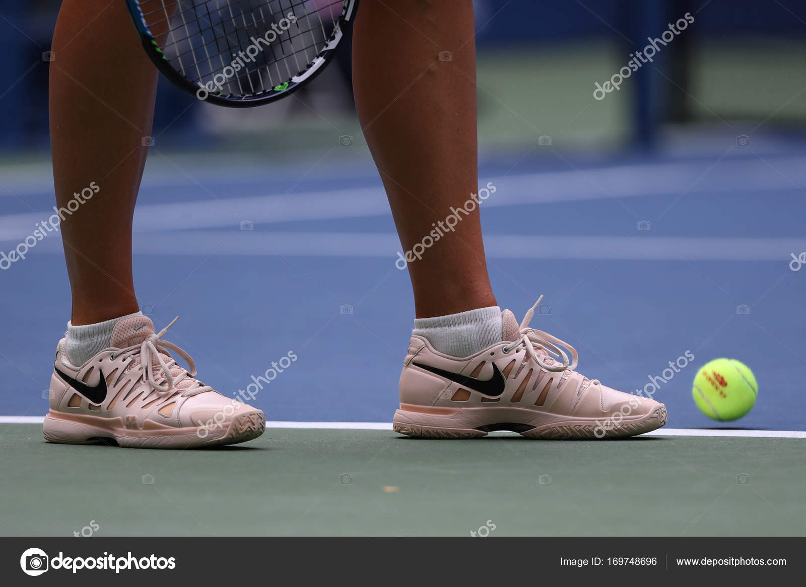 crociera Dire la verità Quale  Five times Grand Slam Champion Maria Sharapova of Russian Federation wears  custom Nike tennis shoes during 2017 US Open – Stock Editorial Photo ©  zhukovsky #169748696