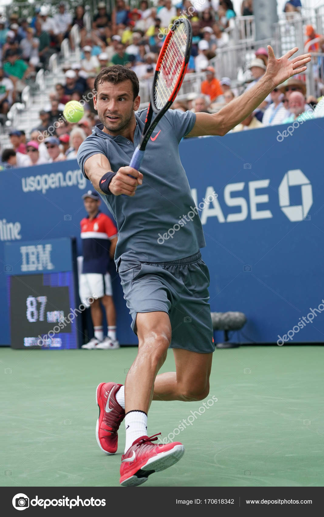 Tenista profesional Grigor Dimitrov de Bulgaria en acción