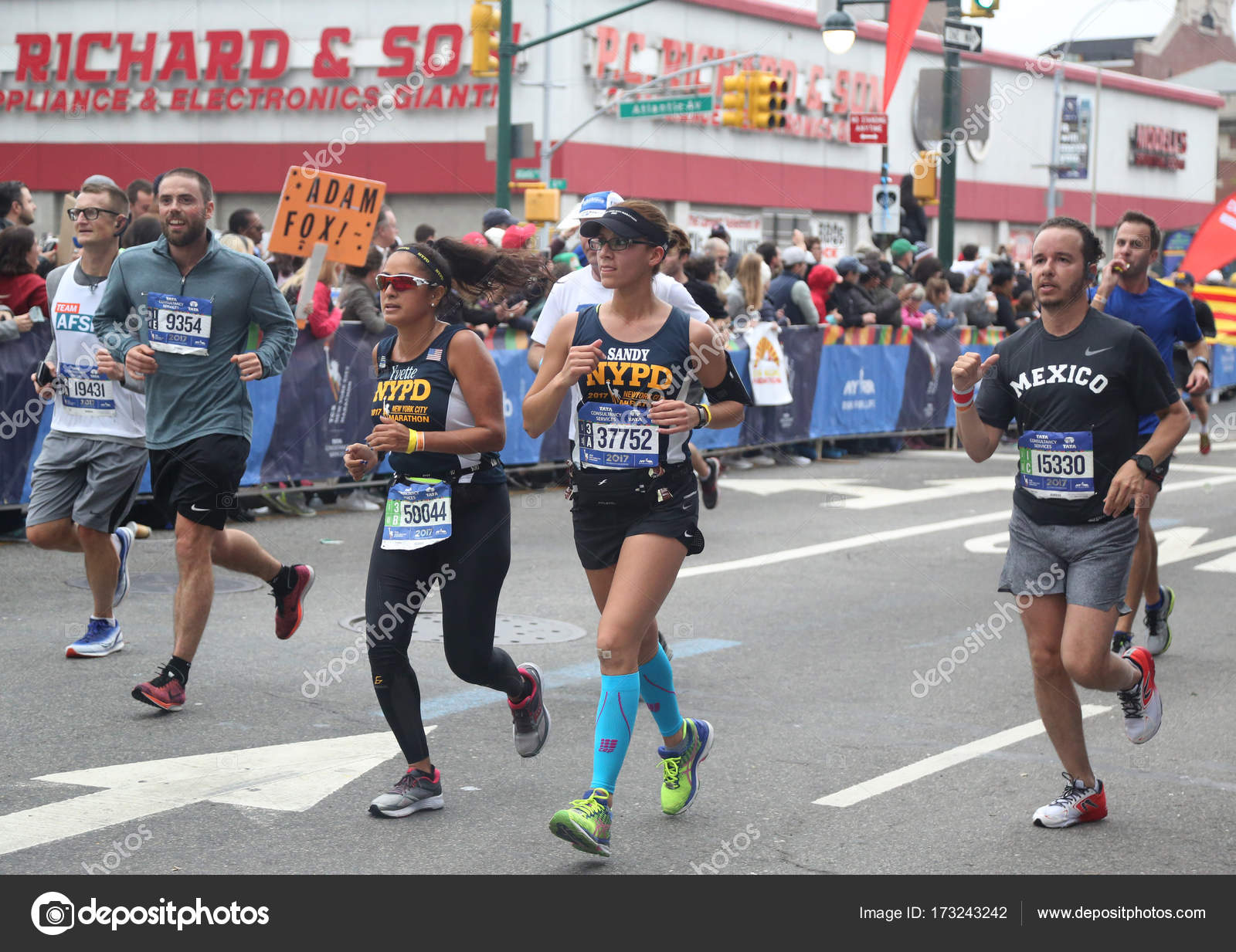 New York City Marathon Runners Traverse 26 2 Miles Through All Five Nyc Boroughs To The Finish
