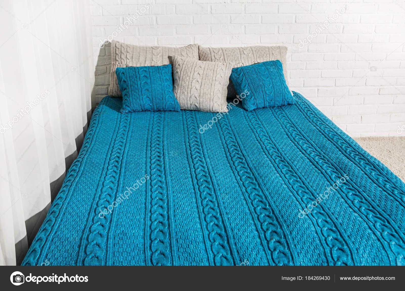 Schlafzimmer Bett Kissen Decke Plaid blau beige — Stockfoto ...