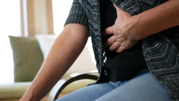 Žena chytne na břiše po pocit, bolest břicha