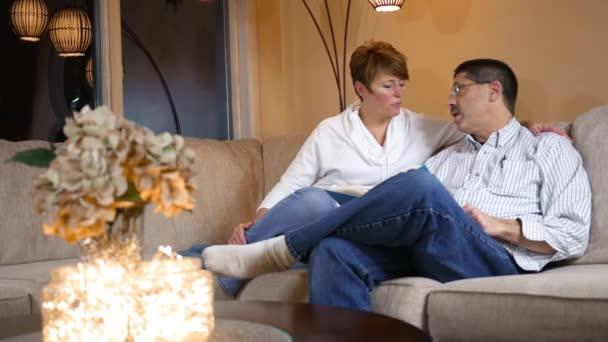 Ženatý muž a žena se těší dobré knihy na gauči