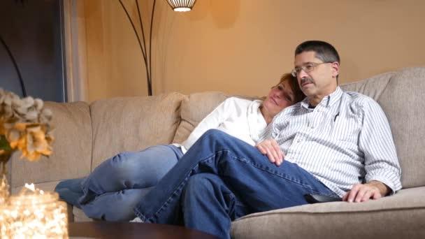 Középkorú pár vicces film, TV, modern nappali kanapén