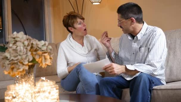Středního věku pár je radost z jejich daňového přiznání