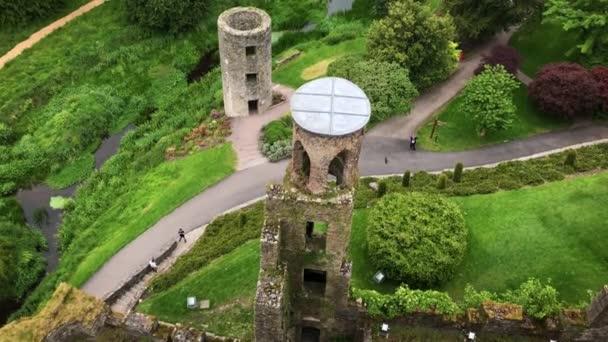 Shlížel na tajemný hrad Blarney ruiny v svěží živé Irsko