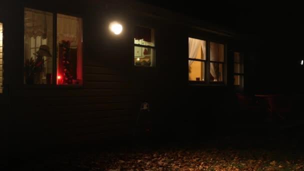 Egy külvárosi Ranch haza éjjel, a fényszóró hátsó