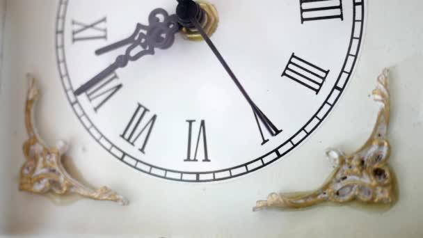 Antik fehér óra ketyeg környezeti környezetben 3 szög