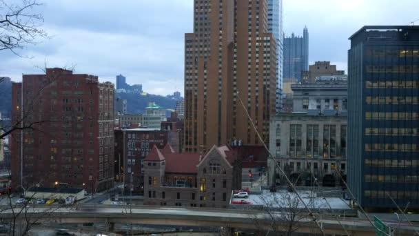Timelapse di Pittsburgh in Pennsylvania come visto da uptown la sera