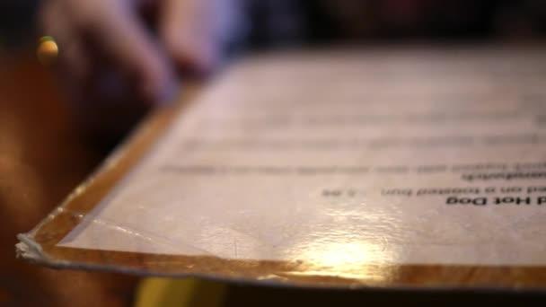 Zblízka rustikální restaurace menu v tmavých dim restaurace
