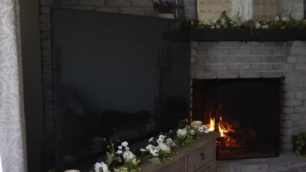 4k televizor v moderním obývacím pokoji s teplou oheň hořící v pozadí