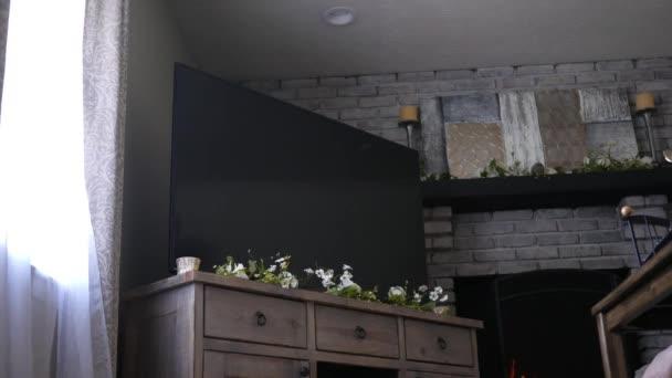 Verrouillé à faible angle de 4k Tv dans le salon rustique moderne