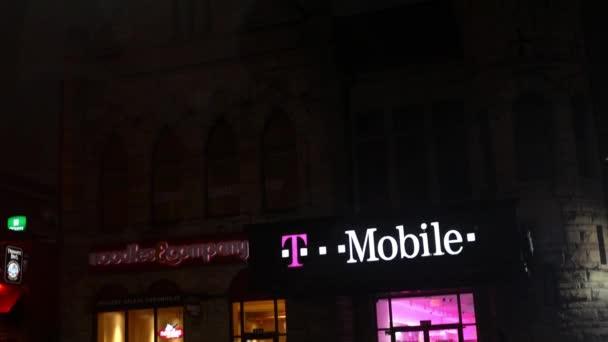 Pittsburgh - cca února 2018 - A T-Mobile store v noci v městské oblasti