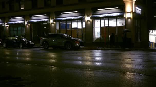 Lidé chodí obecný obchod ve městě na deštivý večer