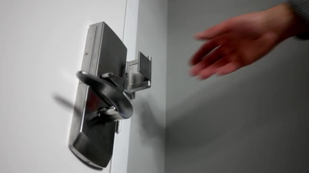 Muž odemkne chrom kovové zamykání ve svém domě