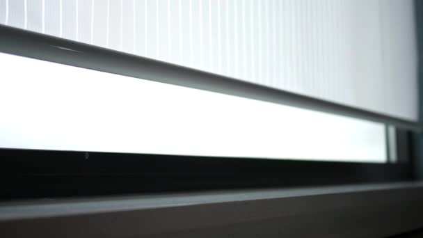 Z moderního interiéru okna otevřít okolní rolety
