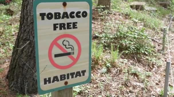 Tabáku svobodného pásma podepsat nedaleko zalesněné oblasti letní odpoledne