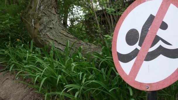 Žádné znamení koupání nedaleko zalesněné oblasti na letní odpoledne